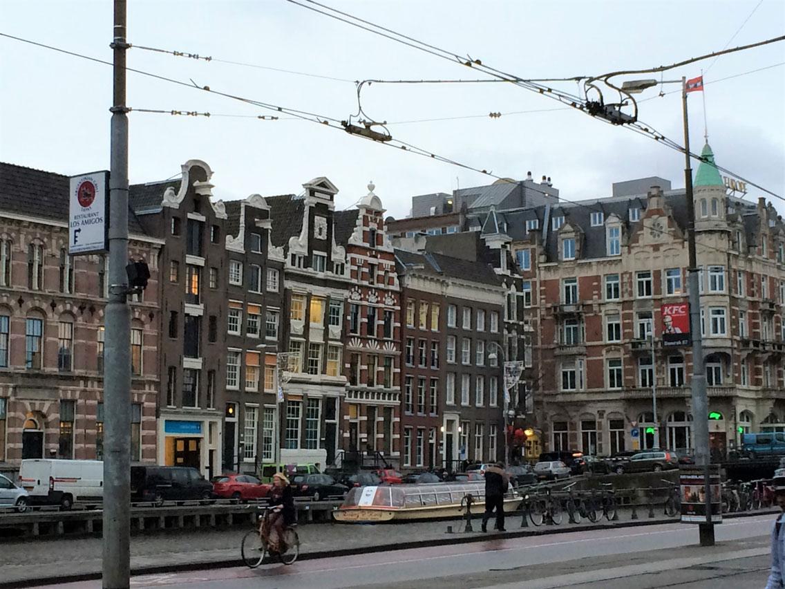 Kanal kenarında, ahşap kazıklar üzerinde Amsterdam evleri
