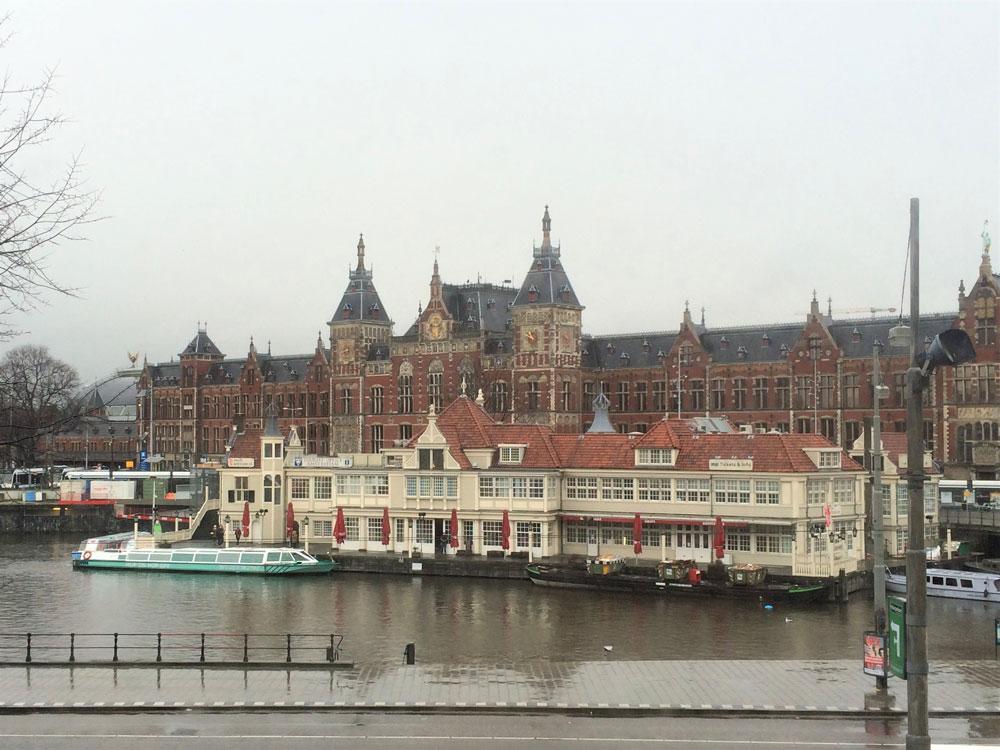 Kırmızı büyük bina birçok kişinin Amsterdam'a giriş kapısı: Merkez Tren İstasyonu