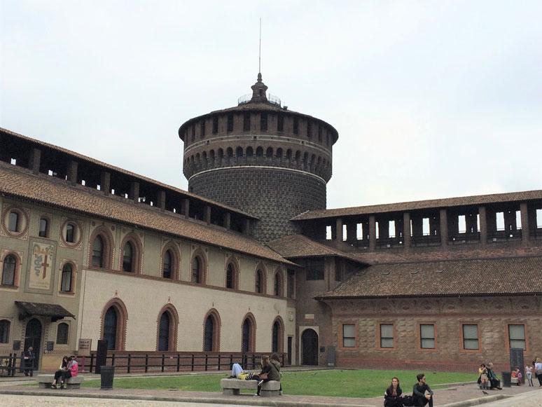 Milano'da 15. yüzyıldan kalma Sforza Kalesi