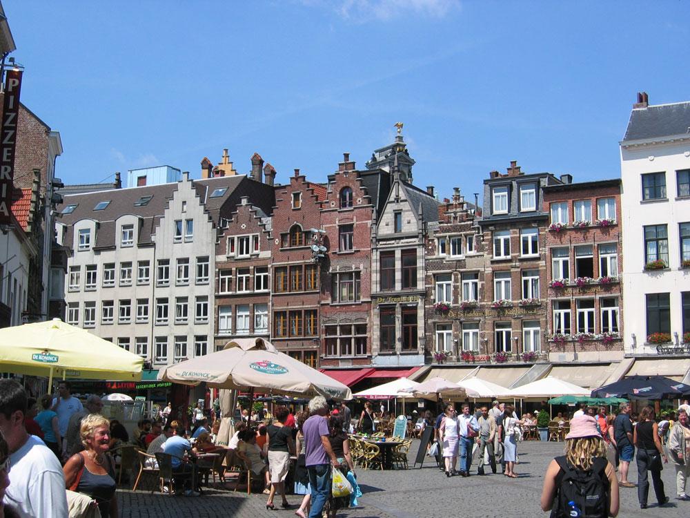 Anvers Katedrali'nin karşısındaki bu meydanda eskiden eldiven satıldığı için buraya Eldiven Pazarı (Handschoenmarkt) adı verilmiş
