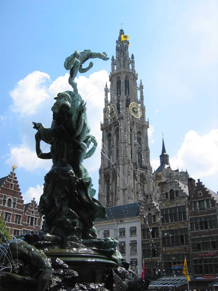 Anvers'in Büyük Meydanı'nda Silvius Brabo Anıtı ve arka planda Meryem Ana Katedrali