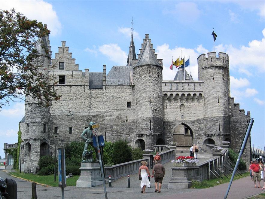 Bir Ortaçağ eseri olan Het Steen, yani Taş Kale