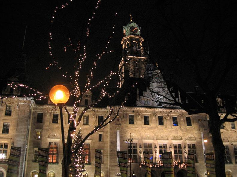 Noel öncesi süslenen Rotterdam'dan bir gece görüntüsü
