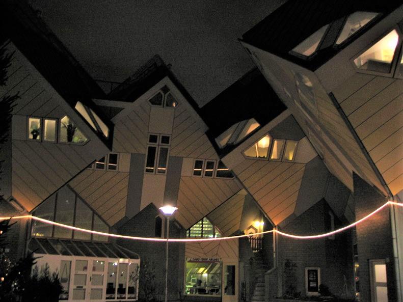 Rotterdam'ın Küp Evlerinin gece görüntüsü