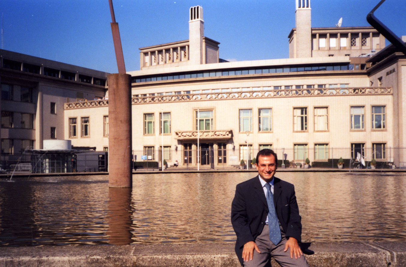 Lahey'deki bu binada o günlerde Bosna savaş suçlularının yargılandıkları söylendi.