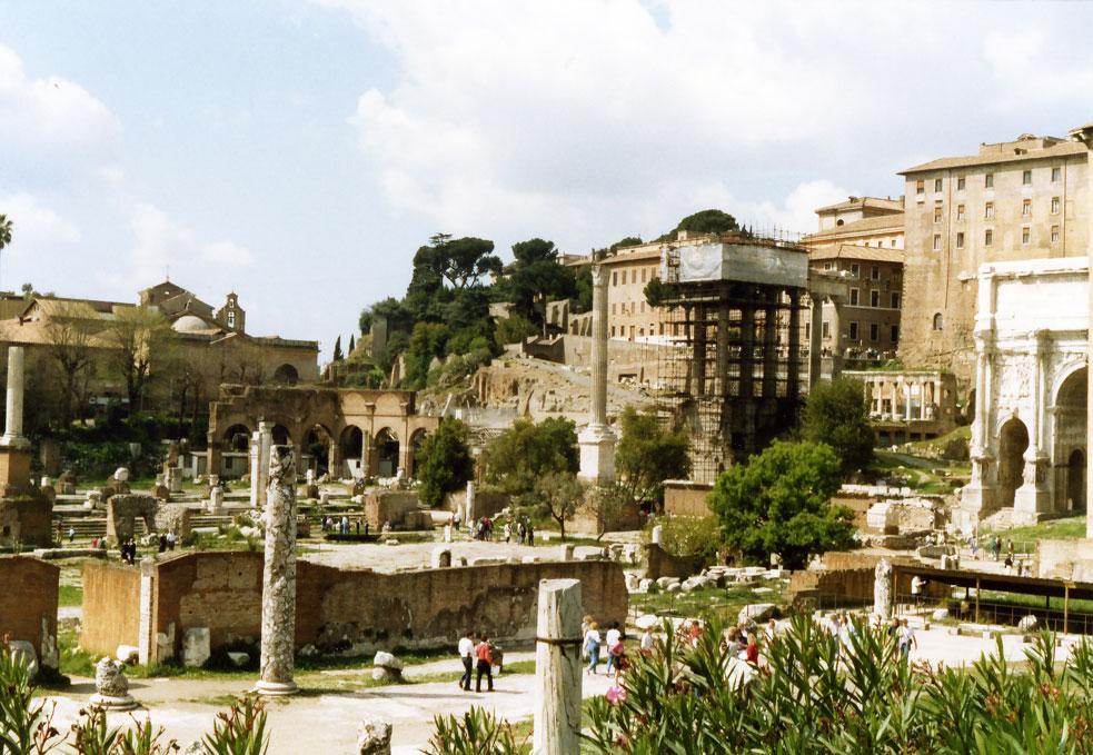 Antik dönemde şehrin kalbi sayılan Roma Forumu