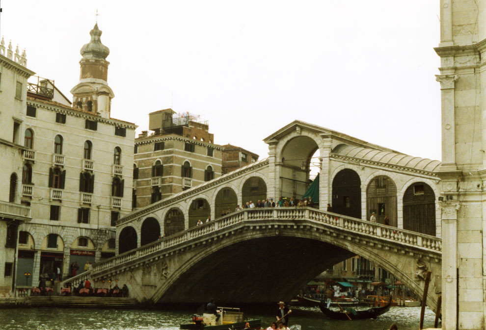 Rialto Köprüsü Venedik'in en meşhur köprüsü