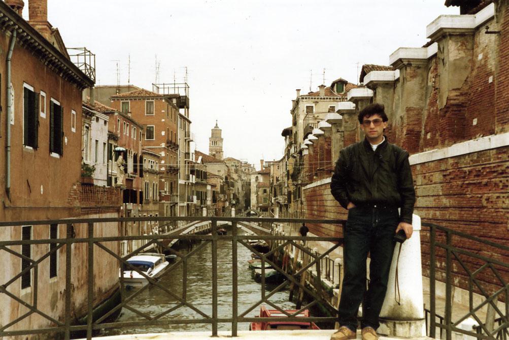 Venedik'te sokak yerine kanallar var, kapılarda ise tekneler bağlı...