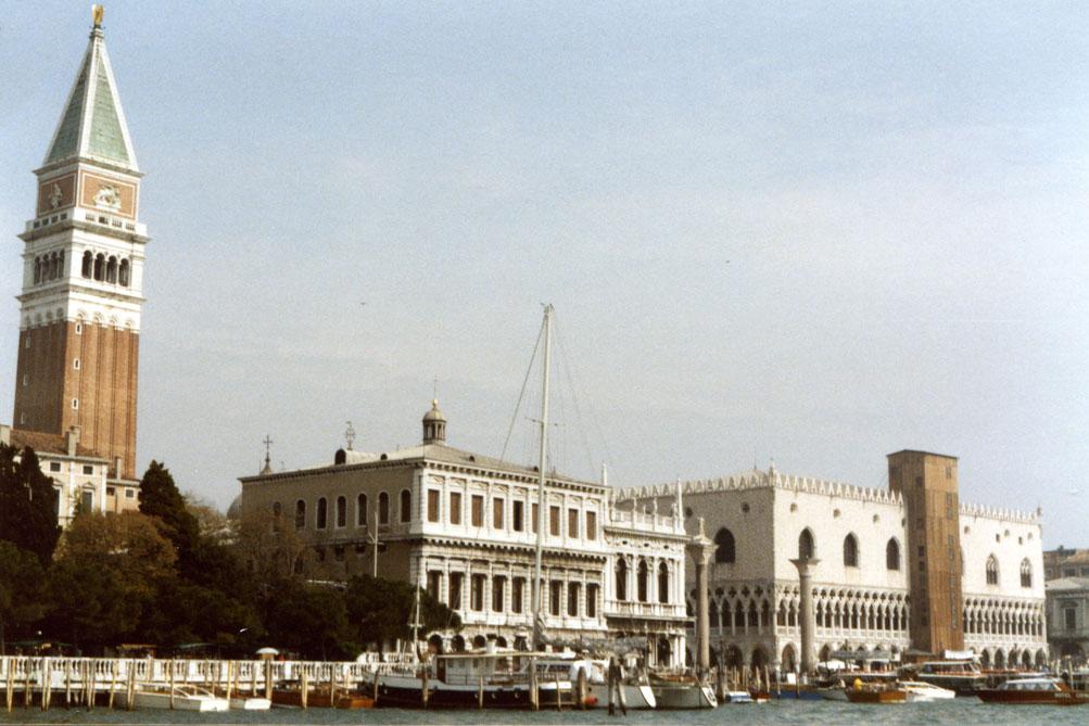 Bir Venedik manzarası. Solda San Marco'nun çan kulesi.
