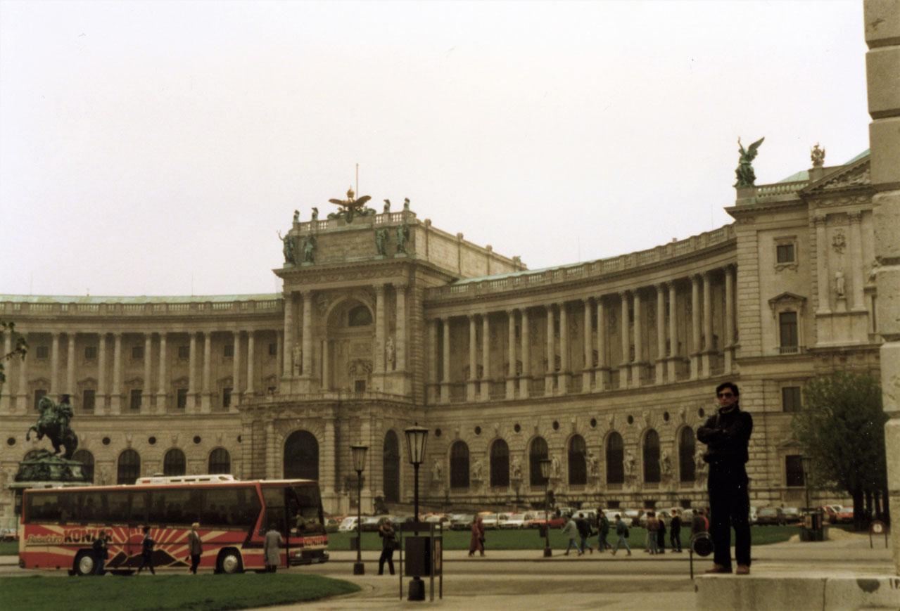 Hofburg Sarayı önünde bir poz. Yıl 1989.