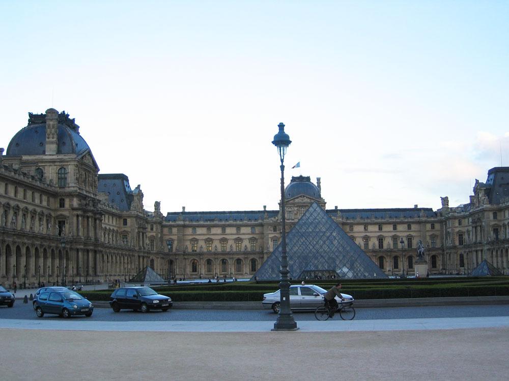 Louvre Müzesi ve girişindeki cam piramit
