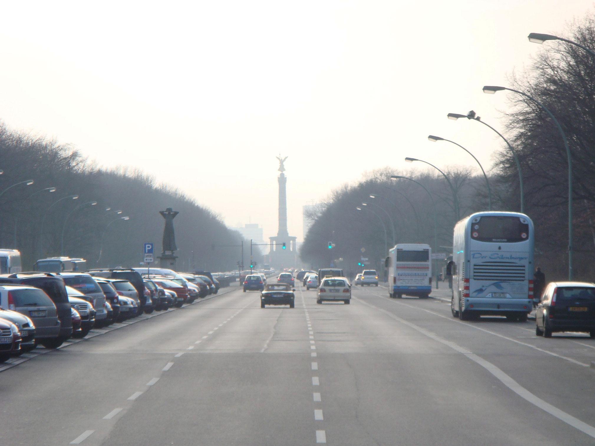 Sağlı sollu Tiergarten adlı park, tam karşıda ise Zafer Sütunu