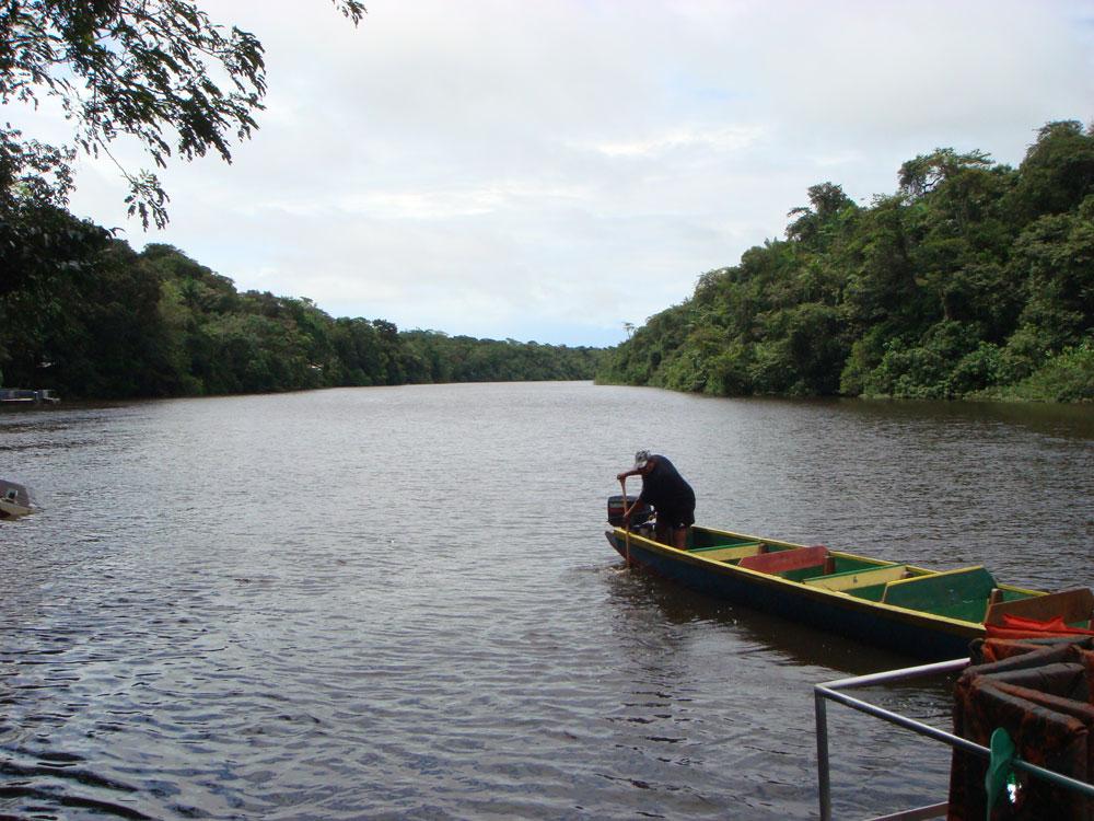 Tekne bize nehir turu yaptırmak için hazırlanıyor. Timsahlara dikkat...