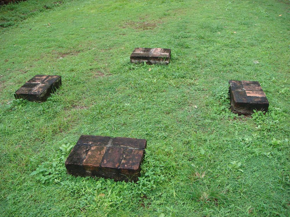 Hapishane alanında bulunan bu taşların üzerinde vaktiyle bir giyotin varmış...