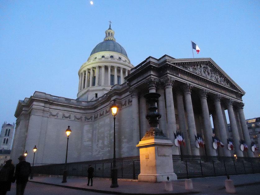 Başlangıçta Kilise olarak inşa edilen Panthéon, sonradan Voltaire, Jean-Jacques Rousseau, Victor Hugo, Émile Zola, Pierre ve Marie Curie, Alexandre Dumas gibi şahsiyetlerin gömüldüpü bir anıt-mezara dönüştürülmüş.
