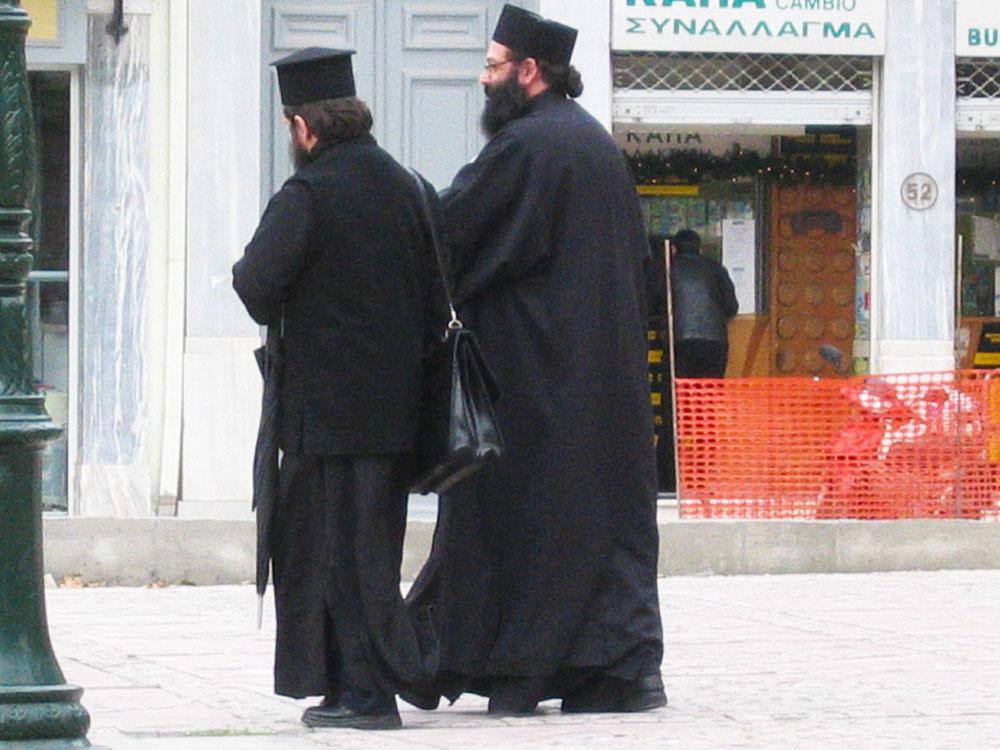Atina sokaklarında Ortodoks rahipler