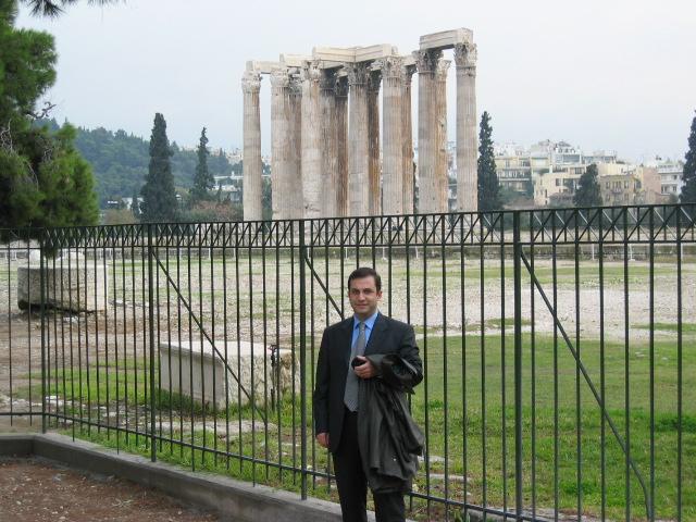 Atina Agorası'nın önünde...