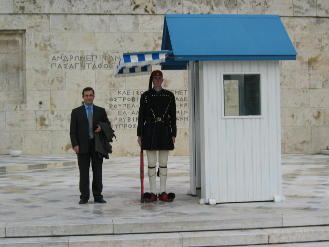 Parlamento önünde nöbet tutan Yunan askeri ile...