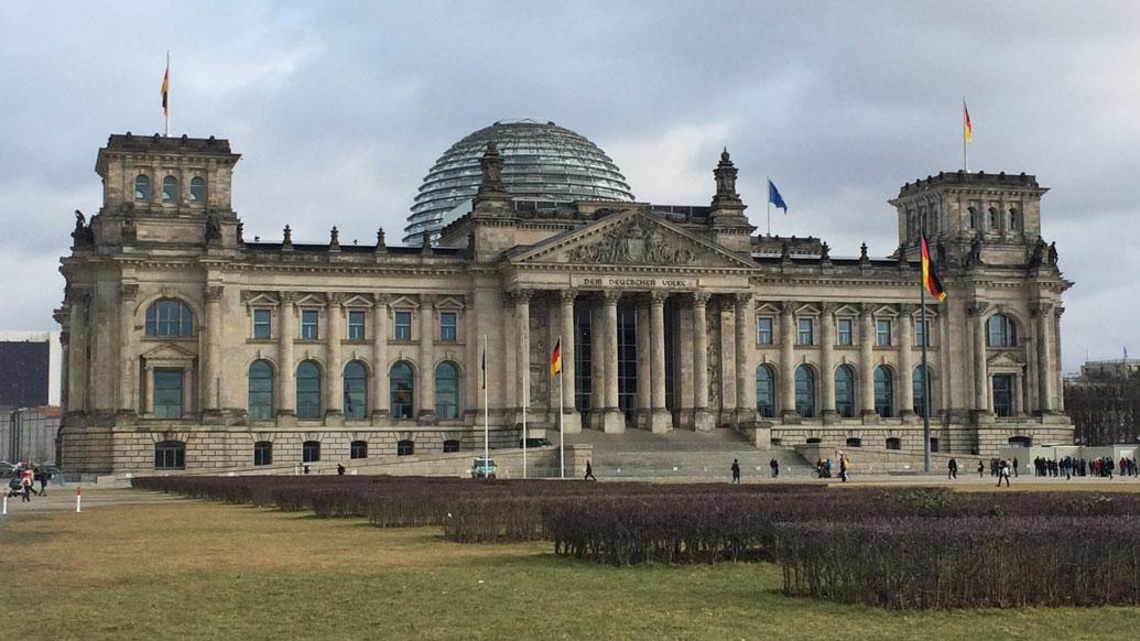 Üzerinde Alman Halkına ithaf edildiği yazılı olan Alman Parlamentosu (Reichstag)