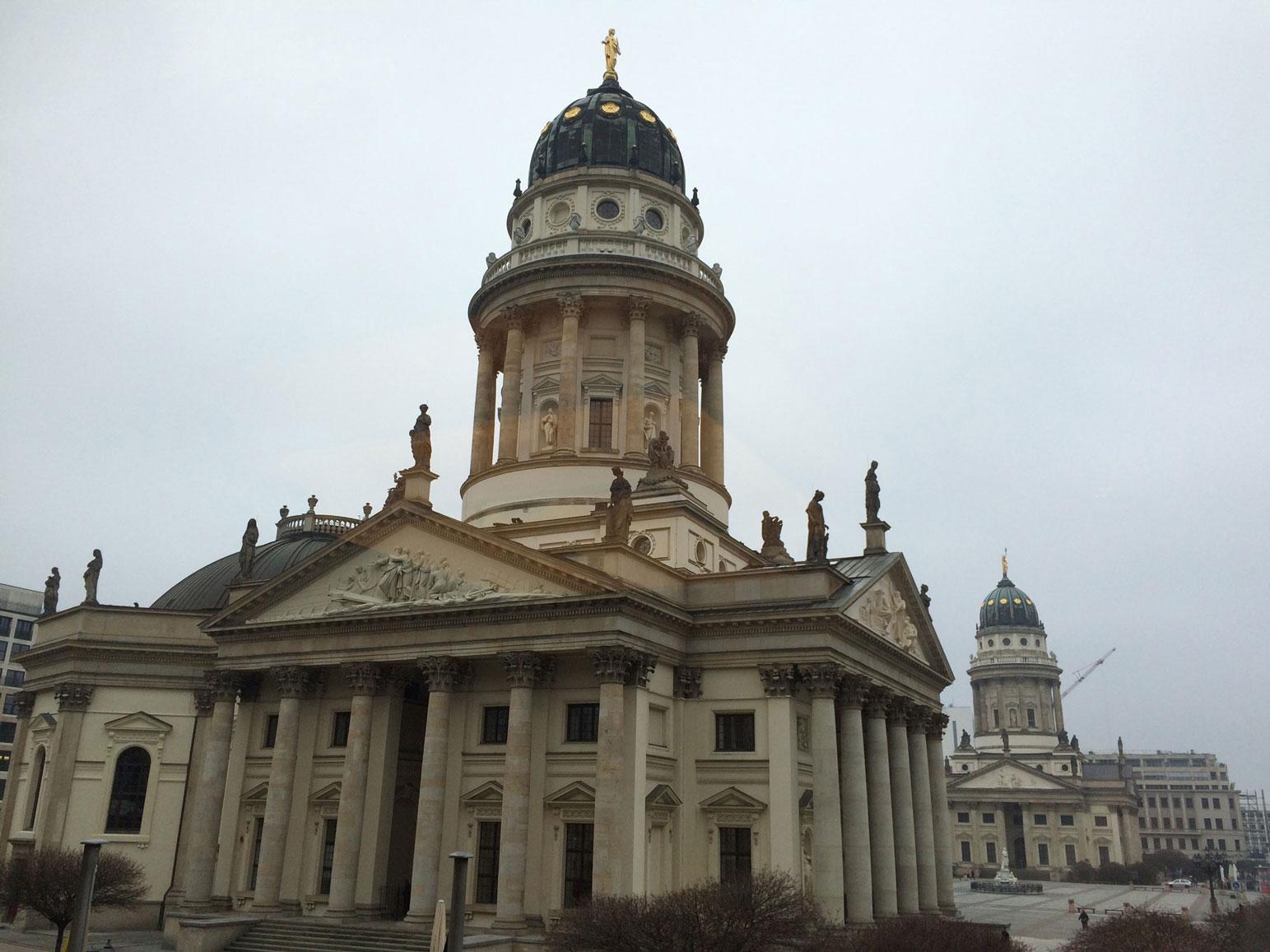 Gendarmenmarkt, yani Jandarma Meydanı'nda Fransız Katedrali ve Alman Katedrali yan yana...