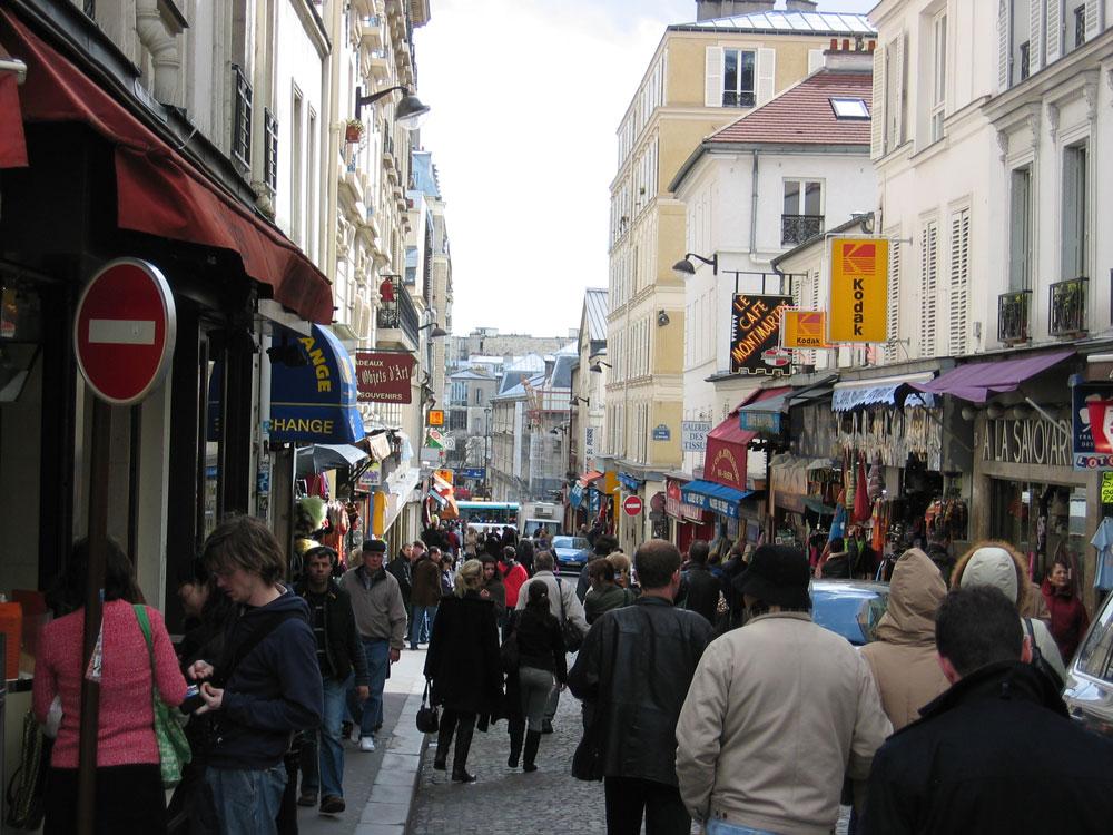 Montmartre yerli ve yabancı ziyaretçilerin akınına uğrayan canlı bir semt