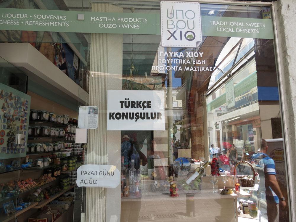 Vitrinlerde Türkçe yazılar...