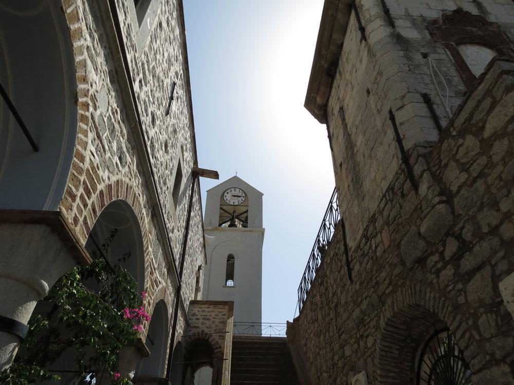 Sakız'ın Mesta Köyünde surlar içinde bir kilise