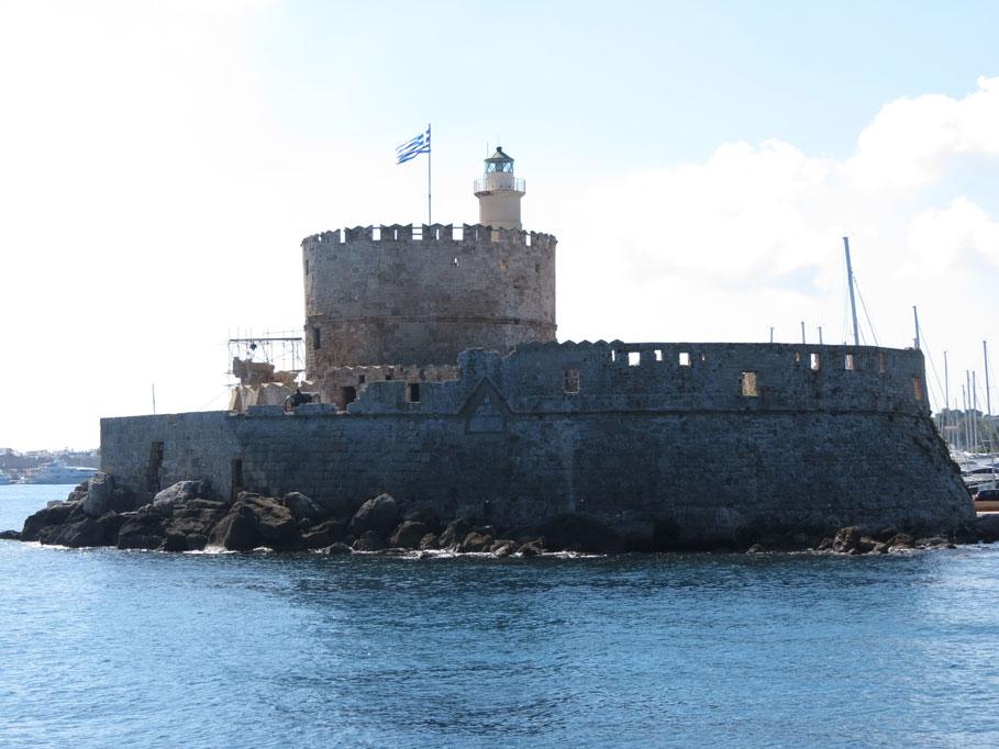 Rodos Limanı'nın girişinde Aziz Nikola'nın, yani Noel Baba'nın adını taşıyan kale