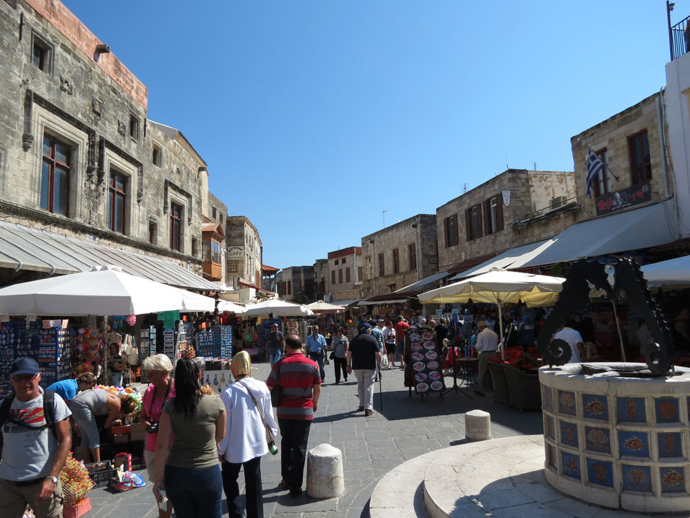 Rodos Eski Şehir bölgesinde turistik çarşı...