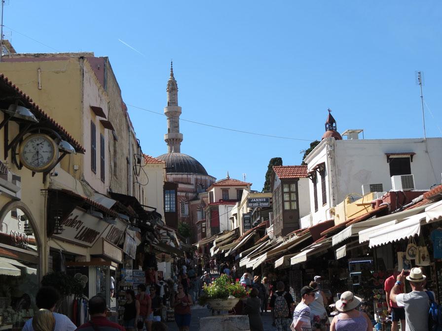 Eski Şehir bölgesinden bir çarşı manzarası. Arka planda Kanuni Sultan Süleyman Camii.