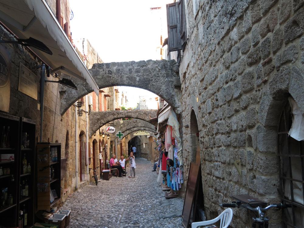 Şövalyeler Dönemi'nden bugüne gelen Ortaçağ sokaklarından biri