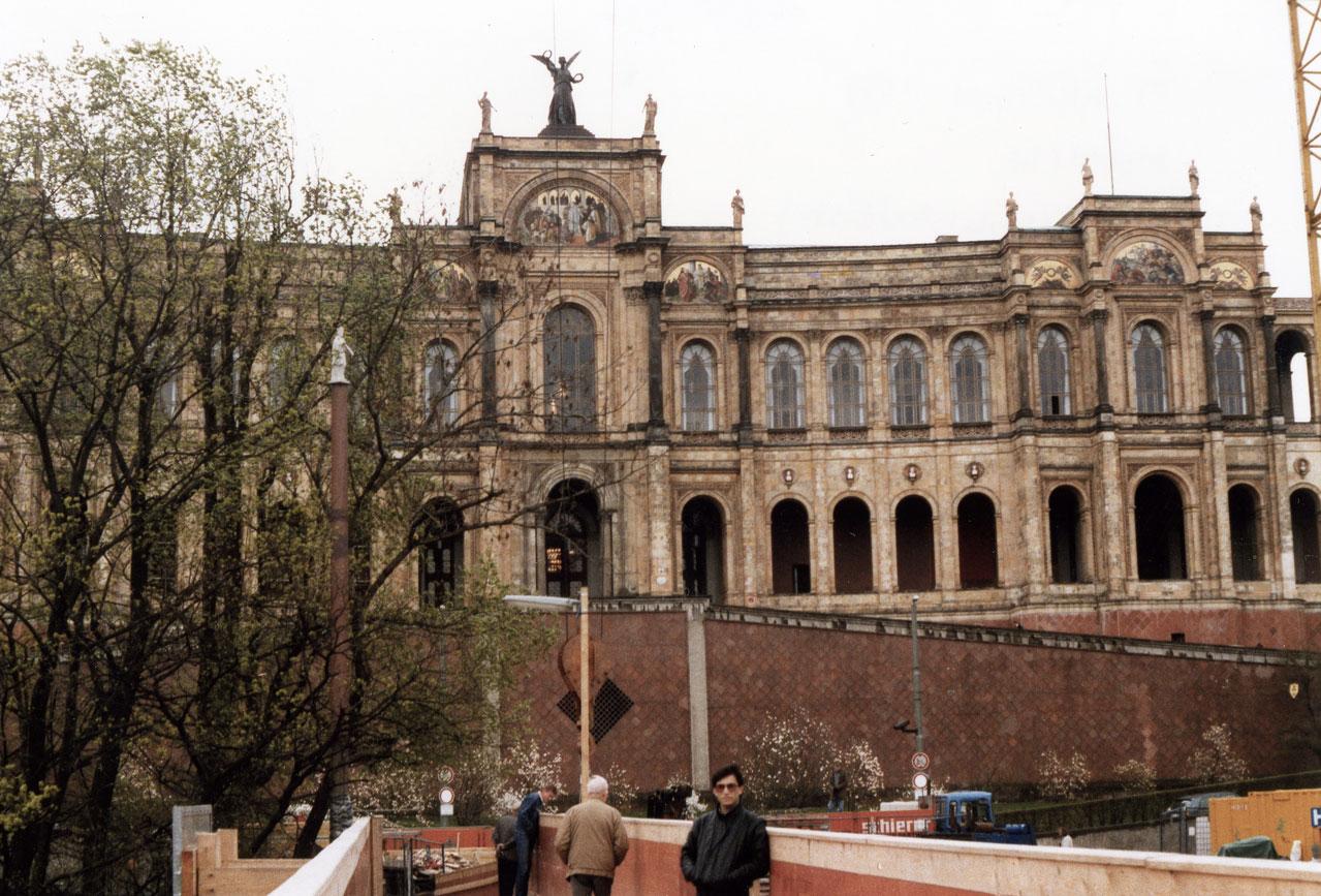 19. asırda yetenekli öğrencilerin barınması için yapılan, günümüzde Bavyera Eyalet Parlamentosu olarak kullanılan Maximilianeum Sarayı. Benim ise gençlik yıllarım: 1989.