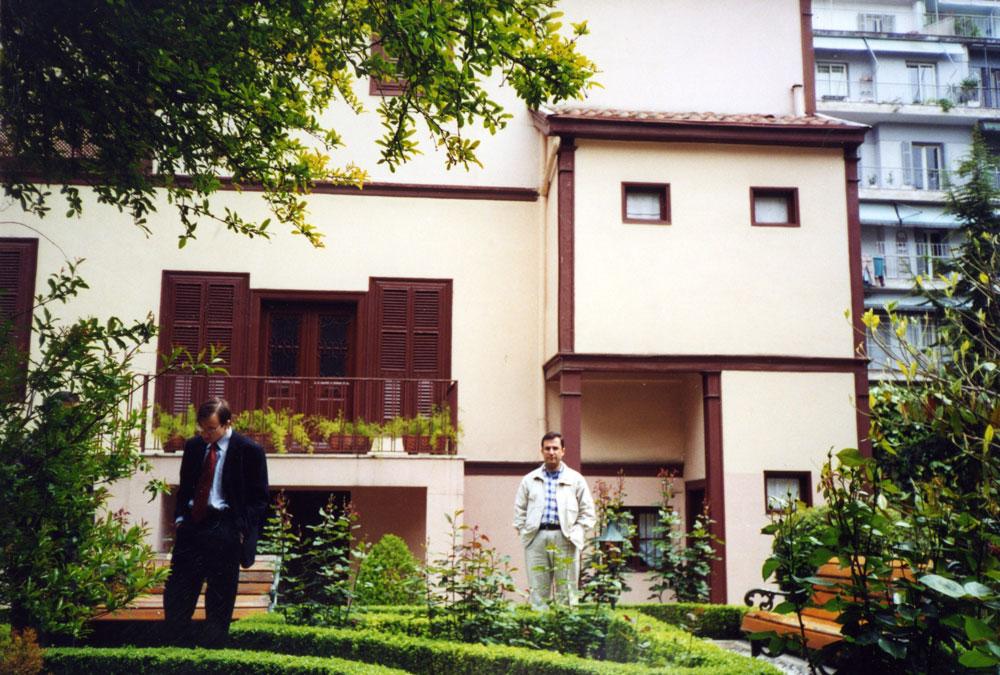 Selanik'te Atatürk Evi'nin bahçesinde...
