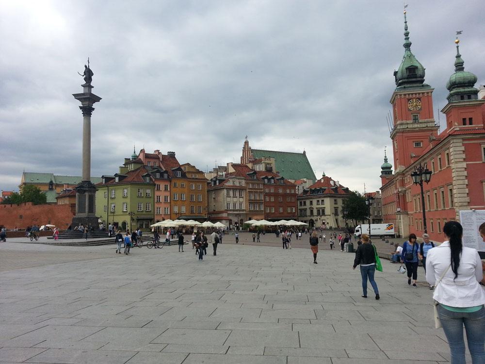 Kale Meydanı. Sağda Kraliyet Kalesi, solda ise Kral 3. Sigismund Vasa'nın heykelinin bulunduğu sütun