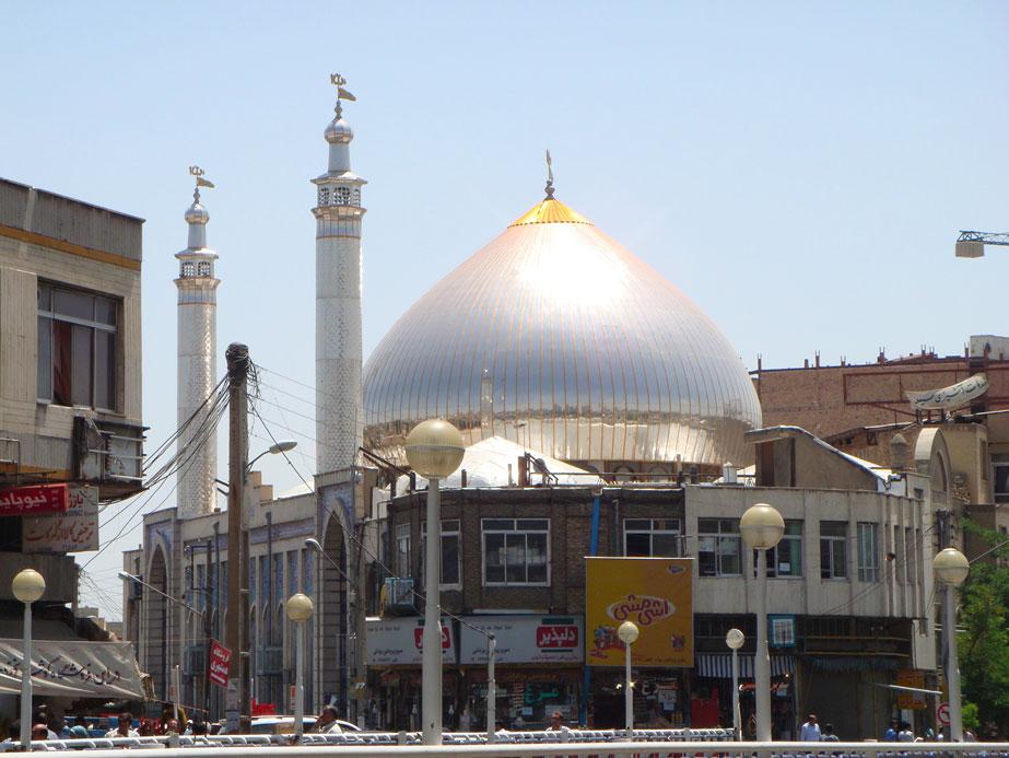 Eskiden Urumiye'nin çarşı-pazarına bitişik olduğu için Bazar Başı Camii denilen bu cami 1972 yılında yeniden inşa edilerek Azam Camii adını almış