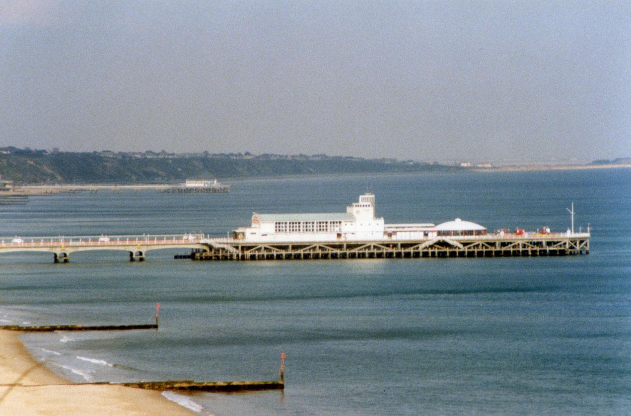 Bournemouth sahilinde hem gemilerin yanaşması, hem de insanların hoş vakit geçirmesi için yapılmış iskele