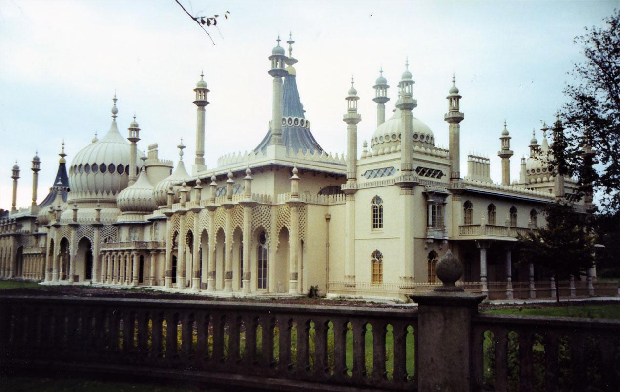 Güney İngiltere'deki Brighton'da bulunan Kraliyet Pavyonu (Royal Pavilion) adlı bu saray, Kral IV. George'un yazlık konutu olarak Hint mimarisiyle inşa edilmiş