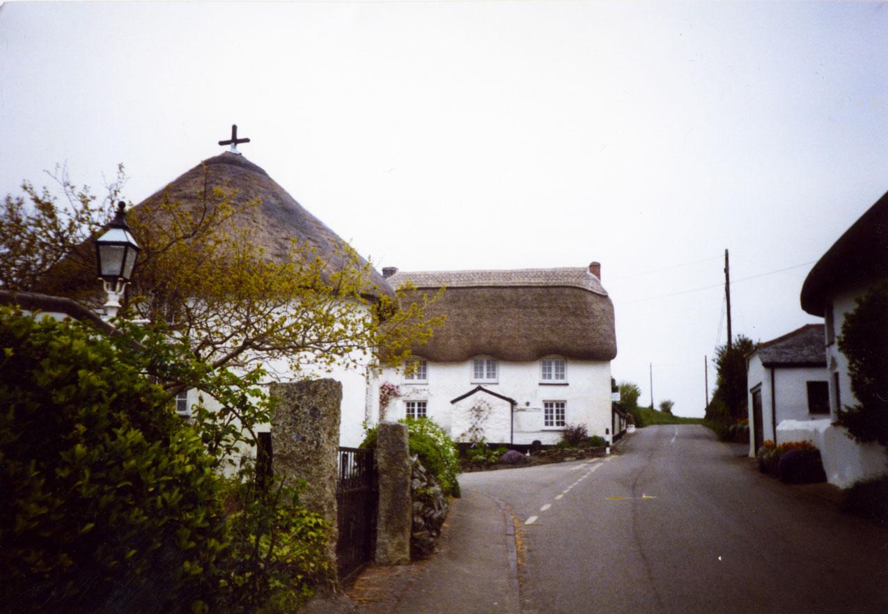 Cornwall bölgesinde Veryan adlı köyde dört adet yuvarlak ev bulunuyor. Rivayete göre 19. yüzyılda yaşayan bir papaz, kızlarına verdiği bu evleri şeytan sığınacak köşe bulamasın diye yuvarlak şekilde yaptırmış...