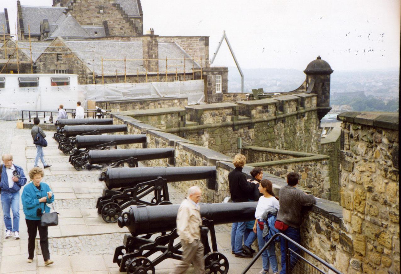 Edinburgh Kalesi'nde tarihi toplar
