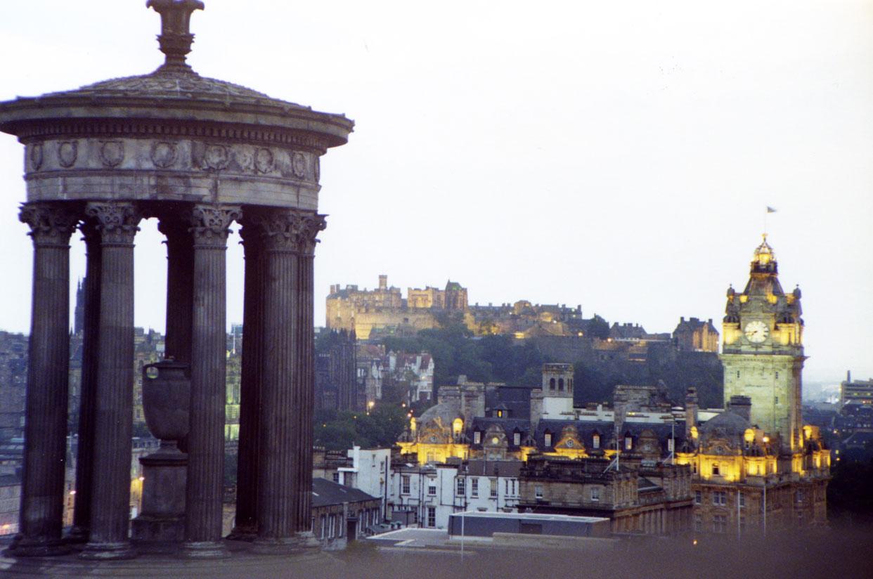 Calton Tepesi'nden Edinburgh manzarası