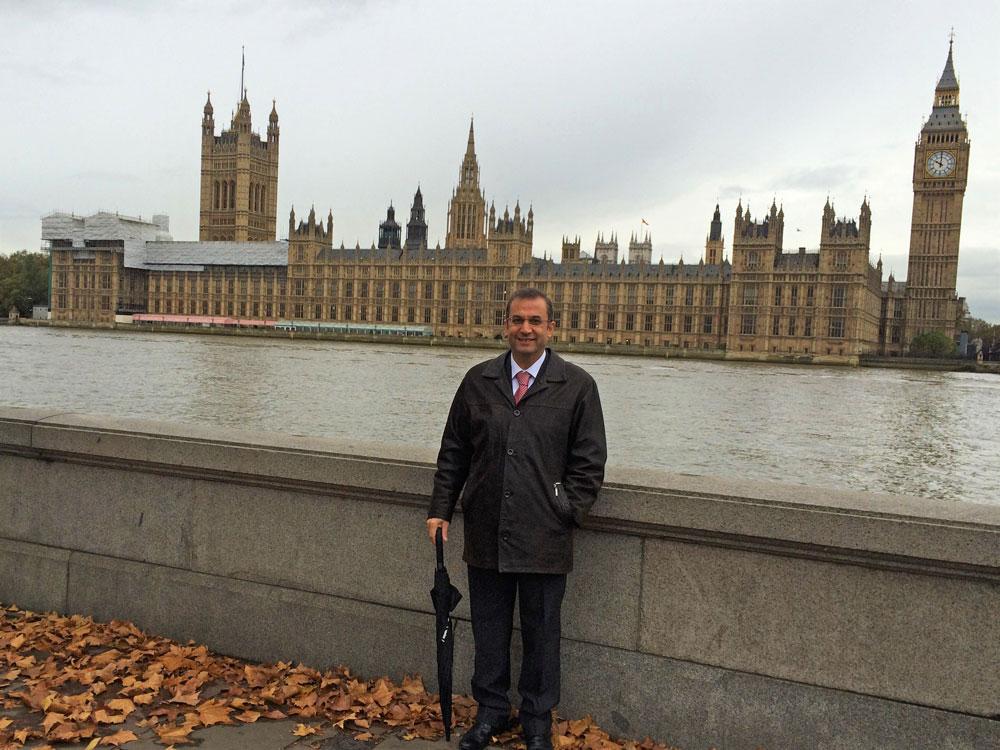 Westminster Sarayı önünde bir poz