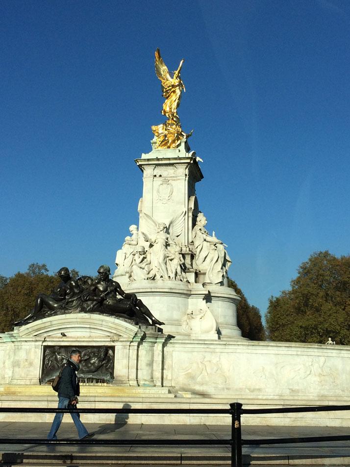 Buckingham Sarayı'nın karşısında Kraliçe Victoria Anıtı