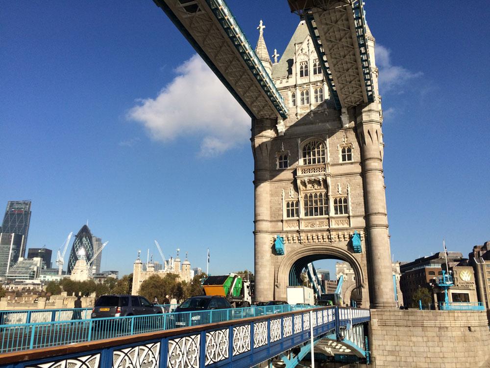 Londra'nın meşhur Kule Köprüsü (Tower Bridge)