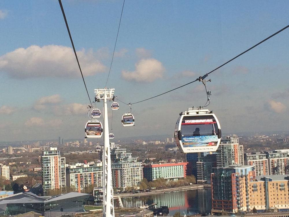Greenwich yakınlarında faaliyet gösteren teleferik, Thames Nehri üzerinden seyirlik manzaralar sunuyor