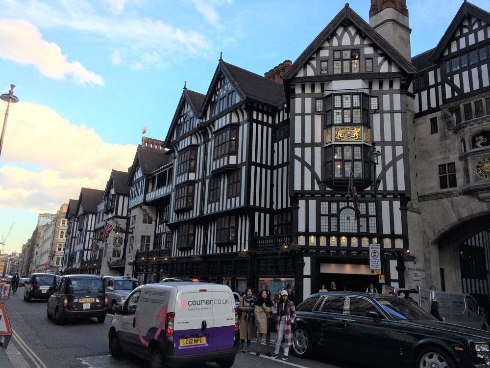 Lüks mağazaların bulunduğu Regent Caddesi civarı