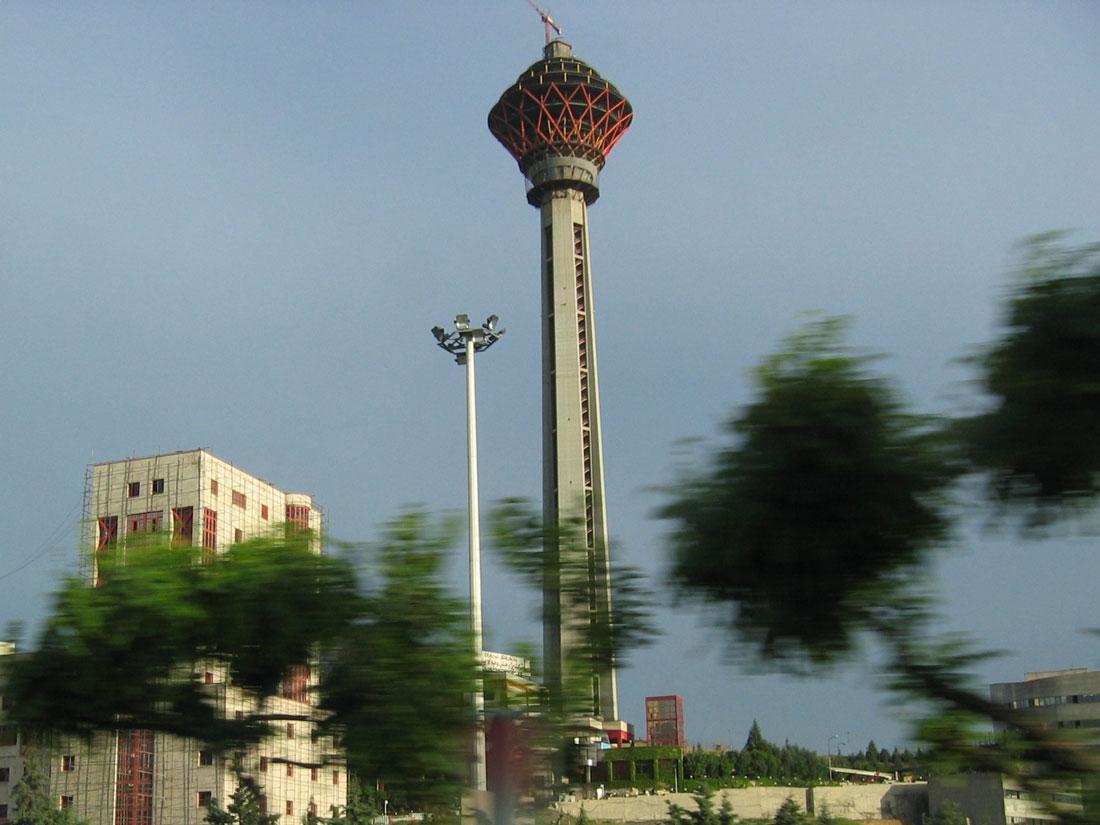 Milad Kulesi, nam-ı diğer Tahran Kulesi, 435 m yüksekliği ile İran'ın en yüksek binası. İçerisinde konferans merkezi, AVM, spor merkezi gibi bölümler mevcut.