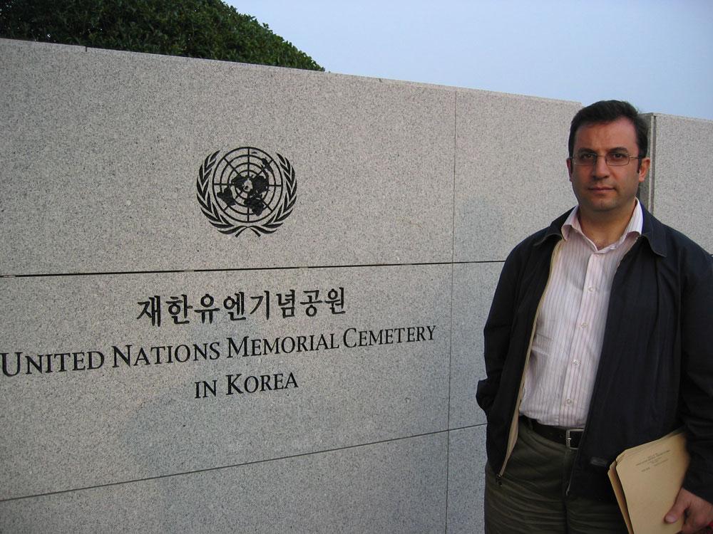 Busan'daki Birleşmiş Milletler Şehitliği'nin girişinde...