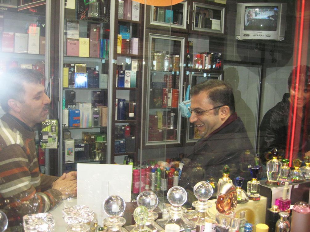 Itriyat dükkanında esnafla Türkçe sohbet...