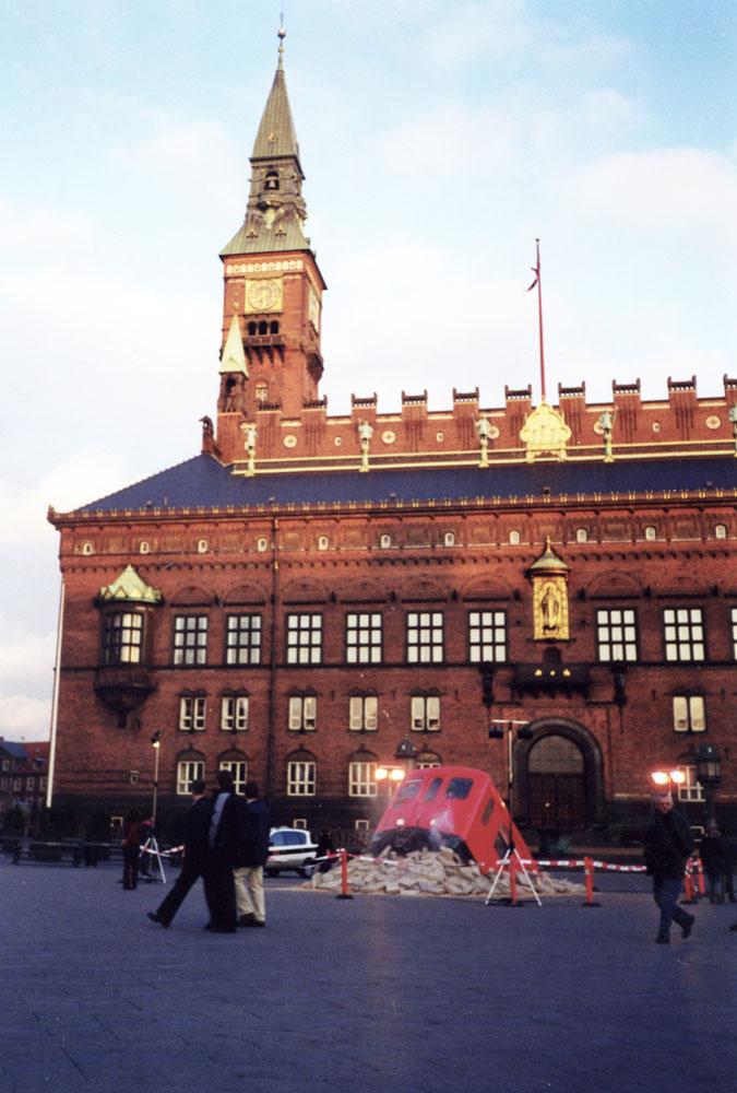 Kopenhag Belediye Binası önünde bir modern sanat çalışması