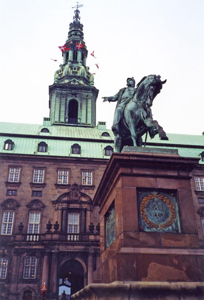 Christiansborg Sarayı önünde Kral VII. Frederik heykeli
